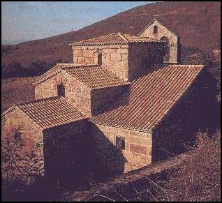 Iglesia de Santa Comba. Orense (Galicia), siglo VII. Se aprecia los tres niveles del curcero, el presbiterio y el ábside.