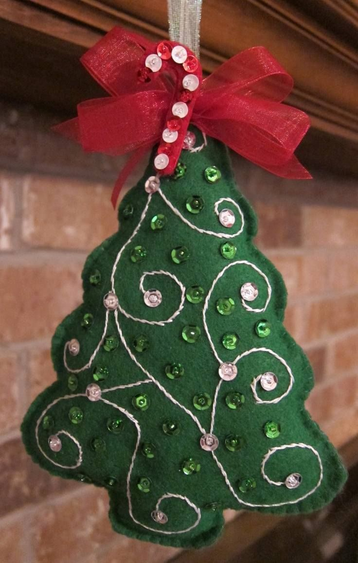 un bel ornement en feutre vert en forme de sapin de Noël