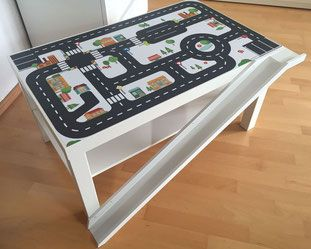 Statt Strassenteppich lieber auf den Spieltisch umziehen. Der Tisch ist abwaschbar und daher geeignet für Allergiker Kinder. Der IKEA LACK HACK mit der Limmaland Strassenfolie wurde noch durch eine Autorampe erweitert. Diese wurde aus einer Ribbaleiste gebaut. So einfach geht`s: IKEA RIBBA Bilderleiste + IKEA LACK Tisch + LIMMALAND Spielfolie www.limmaland.com