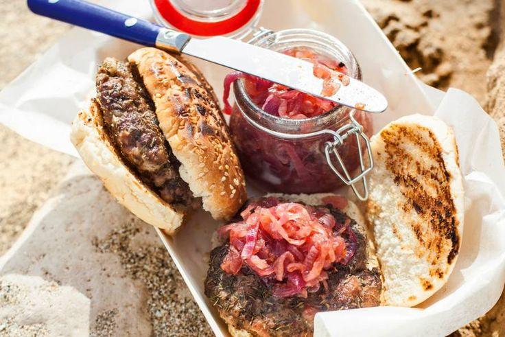 Burgers van twee soorten vlees, die nóg lekkerder smaken met een jam die zowel hartig is als zoet - Recept - Allerhande