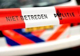 19-Jul-2014 7:05 - MAN ROSMALEN GESTOKEN BIJ OVERVAL. In Rosmalen is een bewoner van een appartement gewond geraakt bij een overval. Volgens de politie is de oudere man geraakt door een mes van een vrouwelijke overvaller. De vrouw belde gisteravond bij de man aan. Ze droeg een sjaal over haar mond en had een mes in haar hand. Bij de worsteling die ontstond toen ze de woning wilde binnendringen, raakte de vrouw de bewoner met het mes. De man is overgebracht naar het ziekenhuis. De aard van...