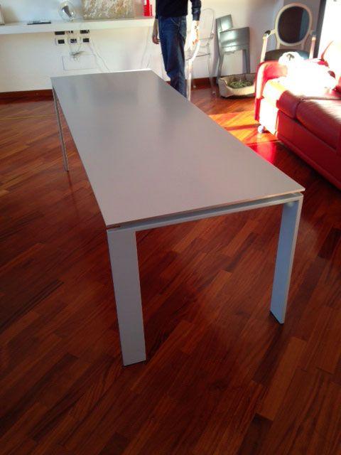 Tavolo Kartell FOUR 223 cm originale usato. Il tavolo FOUR della Kartell si adatta ad ambienti domestici o lavorativi grazie al design geometrico e lineare.