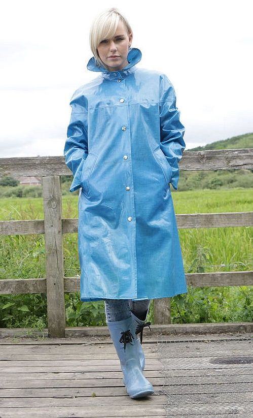 Jugendgemäßer blauer Regenmantel