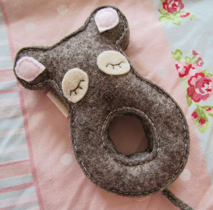 Emy   Annie Felt Mouse Rattle - http://www.dollydowsie.com/2014/04/emy-annie-felt-mouse-rattle.html