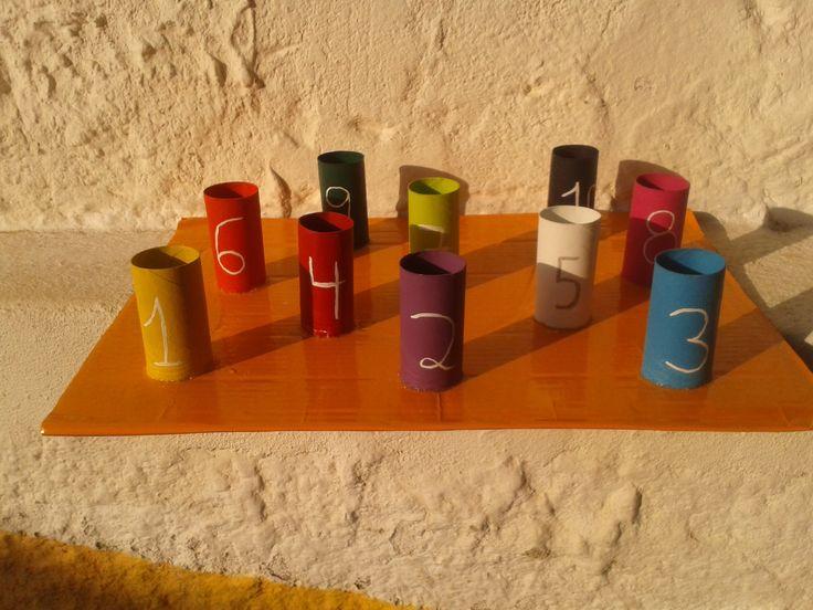 Copos coloridos - Nesta atividade é possível trabalhar as cores (colocar a bolinha dentro do copo de cor igual) ou os números (colocar o número de bolinhas dentro do copo)