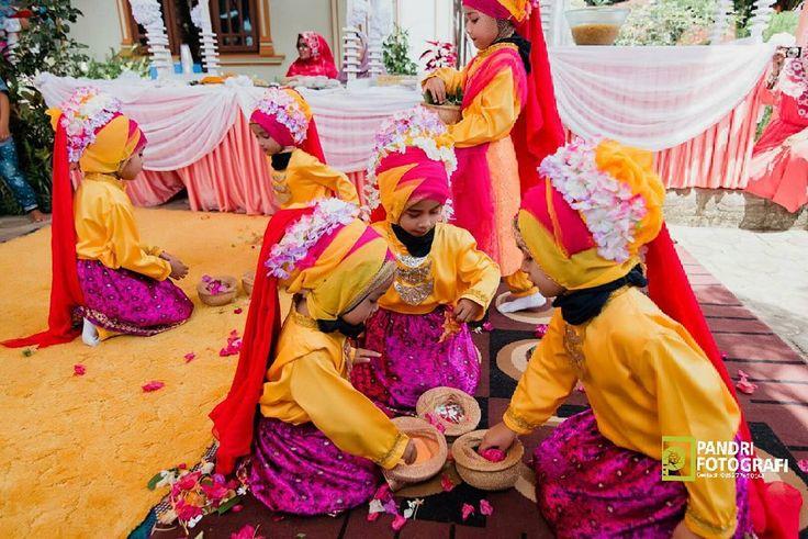 Tarian Ranub lampuan oleh anak2 dalam acara penyambutan Linto Baroe Y&R. Aceh kaya budaya dan adat istiadat. Pandri Fotografi. Contact: 0852-7766-0146. . . . #pandriphoto_wedding #Bride #groom #prewedding #wedding #couple #fashion #love #komersil #glass #photographystyle #grain #light #instagood #culture #photography #smoth #model #weddingku #beautyhijab #acehwedding #weddingaceh #preweddingaceh #muslimwedding #nikonindonesia #nikonasia #instagram #kotabandaaceh…