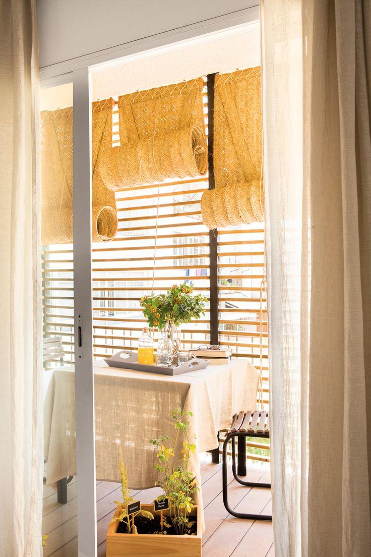 00442287. Balcón con cerramiento de listones, mesa y sillas y persianas de esparto 00442287