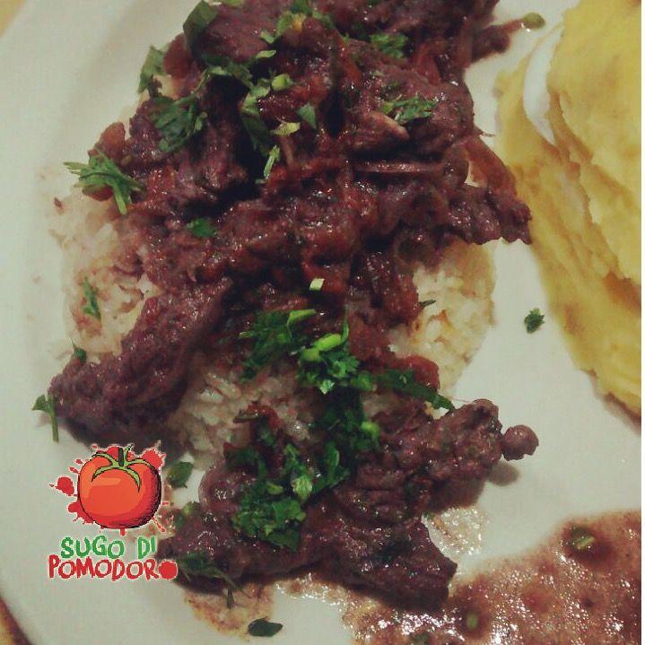 Esas tiritas de lomo que perfuman a cebolla y tomate son parte de los ingredientes de un jugoso lomo salteado con arroz ¡Muy peruano!#SugoDiPomodoro #Nutrición #Recetas #FoodPorn #Tasty #ClasesDeCocina #Gastronomía #Cocina #SugoDiPomodoroCocina #CocinaParaPerezosos #QueHacerEnMedellin