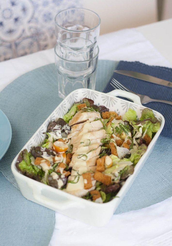 La ensalada César es un clásico en el mundo de las ensaladas. Es sencilla elaborarla pero lo más importante es saber como se hace la salsa.