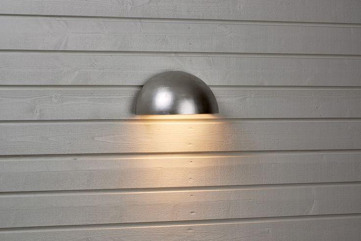 Utomhusbelysning med nedåtriktad ljusbild. Hölje i galvaniserad stålplåt med klar plastlins. #biltema #vägglampa #utomhusbelysning
