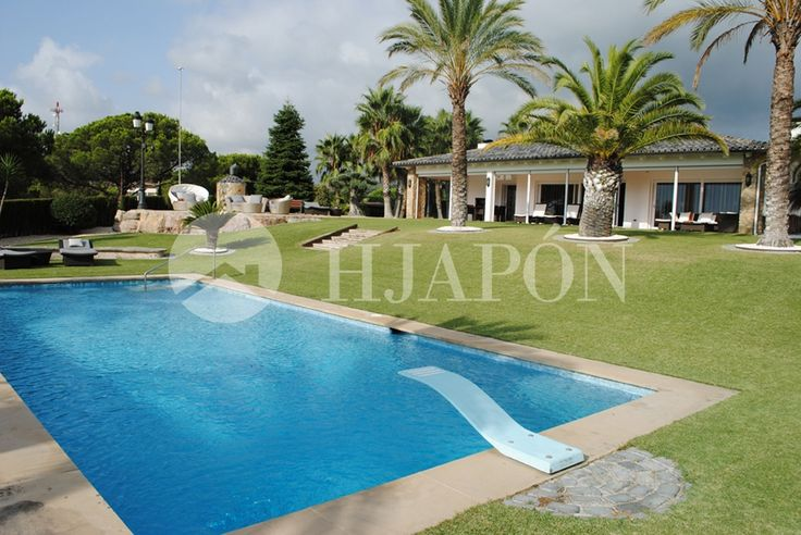 Luxury house in the north coast of Barcelona, with pool and tropical garden.