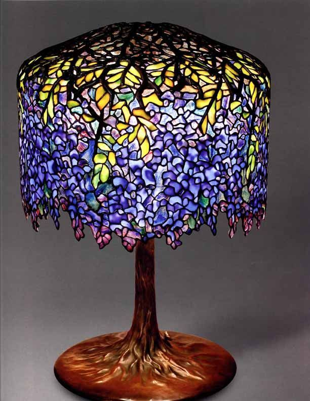 "La lámpara ""Glicinia"" 1901,  Verre Favrile, plomb, bronze  Richmond.  The Virginia Museum of Fine Arts.  Don de Sydney et Frances Lewis   (Se expuso en el Musée du Luxembourg del 16 de septiembre de 2009 al 17 de enero de 2010)"