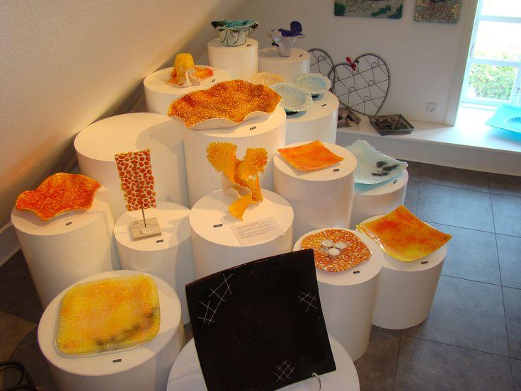 Galleri i Odsherred. Hjørne med Michaels Kofods glaskunst. Rundtur i Galleri 3G. #galleri3g #galleri #kunst #galleriodsherred #KunstKlærKvinder