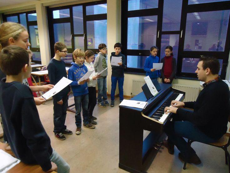 Dinsdag 14 januari kwamen de leerlingen van het 6e leerjaar van onze basisschool Parkschool Ieperman bij ons op bezoek. Ze volgden lessen Latijn, muzikale opvoeding, techniek én natuurwetenschappen. Bekijk hier de fotoreportage (met dank aan Yorgos Verholen) : http://www.khwilrijk.be/wordpress/snuffelen-in-het-eerste/  Saskia Masquillier Projectcoördinator 1ste graad
