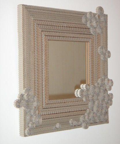 Voici la 3ème version du miroir en carton ondulé Mes autres réalisations en carton sont visibles ici pour la 2ème version et i ci pour le coup d'essai. A suivre de cet esprit: un miroir rond et pourquoi pas des cadres photos. J'ai acheté un rouleau de...