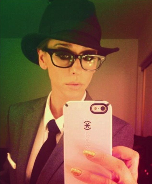 Jennifer Love Hewitt takes a mirror selfie with her CandyShell protected iPhone