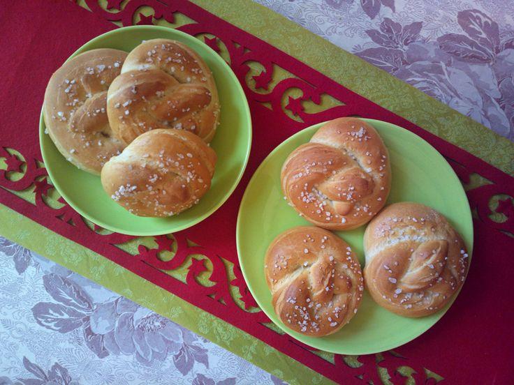Pretzelini…non lasciatevi sviare dal nome. Non sono mini-pretzel. Sono dei panini a forma di pretzel.