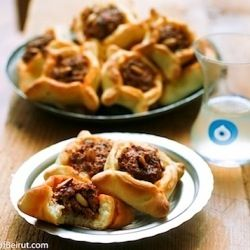 Lebanese meat pies ((sfeeha): Mini meat pies with a scrumptious ground lamb mixture mixed with onion, parsley, tomatoes, pomegranate molasses, tahini, and drained yogurt #Lebanese #Food