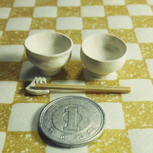 🌠 ごはんと味噌汁の器。 箸置きは富士山です🗻🌠 これから着色。 石粉粘土製。 サイズは1/6より若干小さめかな? * 前の記事のお寿司にいいねをいっぱいいただいて、嬉しさでアワアワしています💦ありがとうございますm(__)m * そして海鮮丼の器も作りました🙋 (実はもう出来てますが写真にはのってませんf(^_^;) * #ごはん#味噌汁#茶碗#お椀#ハンドメイド#粘土#ミニチュア#フェイクフード