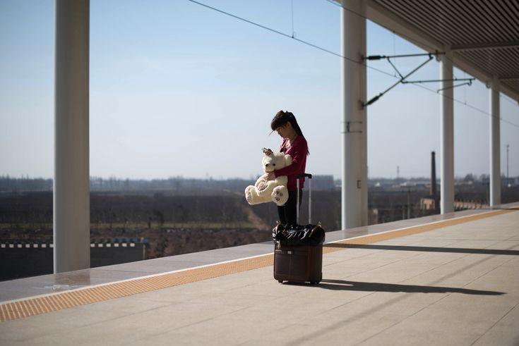 23  O femeie ţine în braţe un urs de pluş, în timp ce aşteaptă pe un peron din Xingtai, la sud de Beijing, în China, duminică, 10 martie 2013. ( Ed Jones / AFP )  - See more at: http://zoom.mediafax.ro/people/viata-cotidiana-martie-2013-10691801#sthash.Z3IhkQaD.dpuf