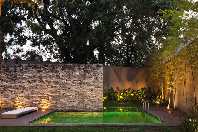 Brasil la piscina ocupa el fondo del terreno y se - Muros de jardin ...
