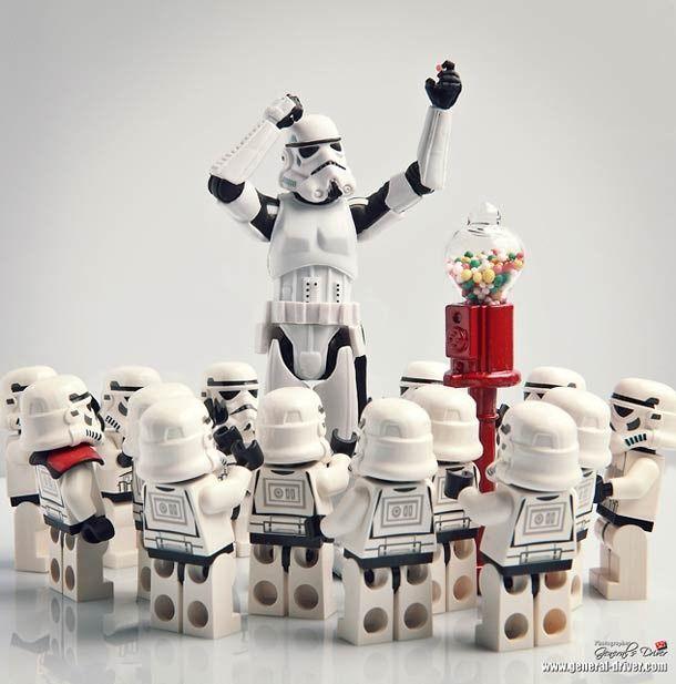 El fotógrafo Coreano, quien bajo el nick Storm TK431 lleva años cultivando su pasión por Star Wars, y esto se puede ver fácilmente en su Flickr o su blog. El ha creado una divertida serie de fotografías con los personajes de StarWars, en circunstancias poco habituales.