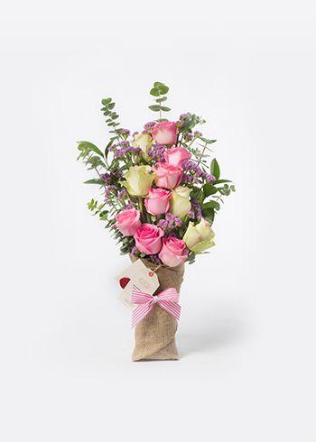 BLUSH | Burlapa sarılmış La Belle ve Revival pembe güller, okaliptus, pembe statis. | Bloom and Fresh