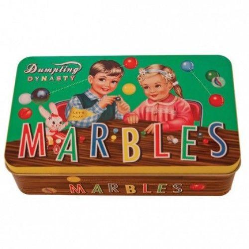 Knikkers *** Deze geweldige tinnen retro doos gevuld met 160 leuke knikkers is een cool geschenk voor jong en oud. Dit spel doorstond de test ter tijden en blijft een echte topper! Dankzij de leuke doos kan je je knikkers steeds mooi opbergen.