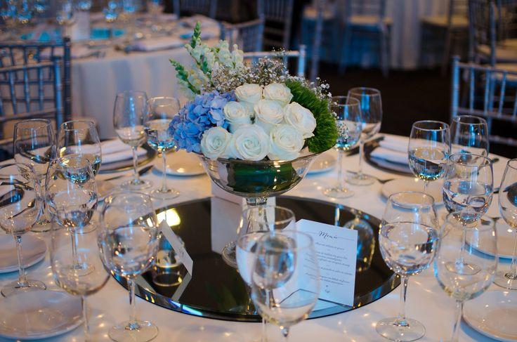Da un toque de color elegante a tu boda con hortensias en tono azul cielo
