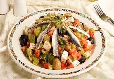Erciyes Salatası Tarifi, sürekli çoban salatayapmaktan bezmiş, salatayı ana öğün olarak tüketmek isteyen için gayet hoş bir alternatif. Malzemeleri şöyle;