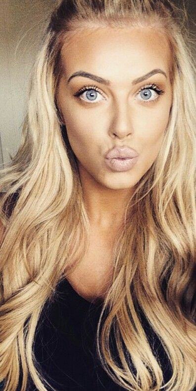 She's so pretty.  Great makeup.  But those pretty long waves.  Oh, where is the guy that can grow hair like this for me?