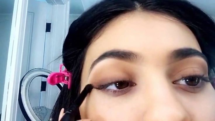 Kylie Jenner gives a Snapchat makeup tutorial using her KYShadow [FULL V...