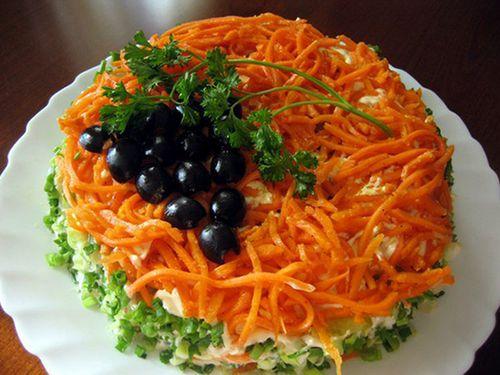 В преддверии праздников, мы собираемся с мыслями чтобы приготовить вкусные и оригинальные праздничные салаты. Уже давно позади те времена, когда к празднику мы готовили только селедку под шубой, оливье, и греческий салат, хотя этот комплект салатов всегда беспроигрышный и успешный.