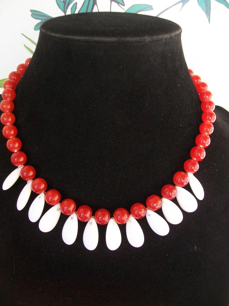 collier en perle de verre rouge avce goutte blanche de la boutique natacha22970 sur Etsy