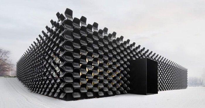 La facciata di un edificio realizzata con 900 sedie di plastica