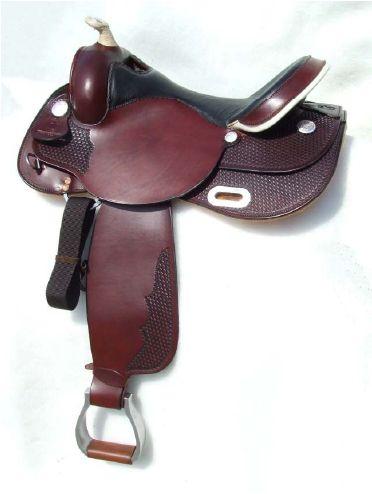 Sella WHITE STAR modello WH108B nel colore burgundy con seggio in vitello nero. Pomo,paletta in rawhide e staffe in alluminio.