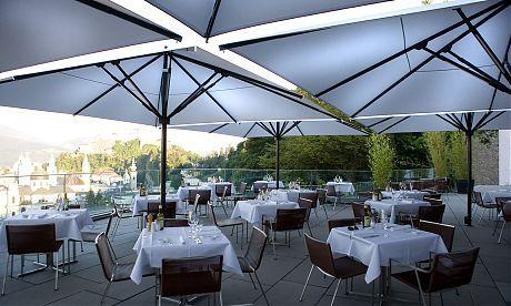 Caravita - M32 - Salzburg AT (2) Sonnenschirme für die Gastronomie, gepinnt vom Fenster- Rollladen- und Sonnenschutz Fachmann Mester aus Bielefeld, für OWL und Umgebung.