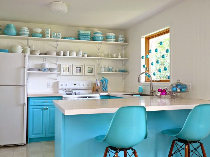 To develop a monochromatic colour scheme in your kitchen, look to your serving ware, such as this space that took its colour cue from the turquoise of the vintage dishes.