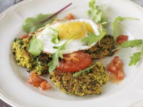 Recept på bulgur- och spenatplättar med stekt ägg tomatchutney