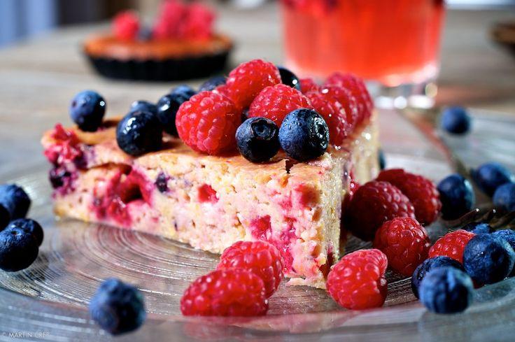Tvarohový koláč s polentou a drobným ovocím
