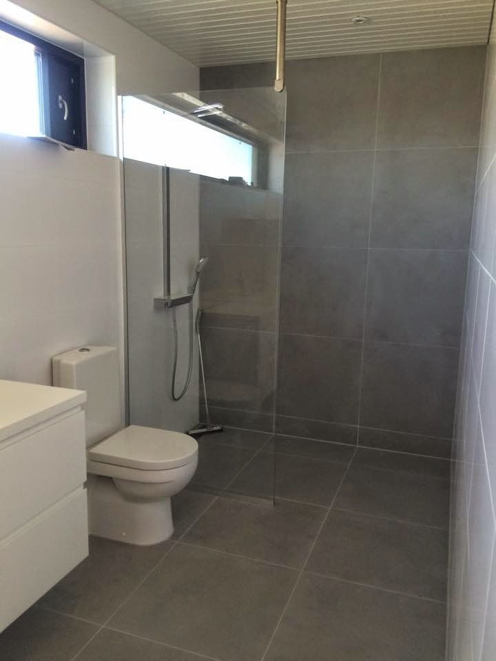 Villa Sundeck: main bathroom, Betontech tiles #plusarkkitehdit