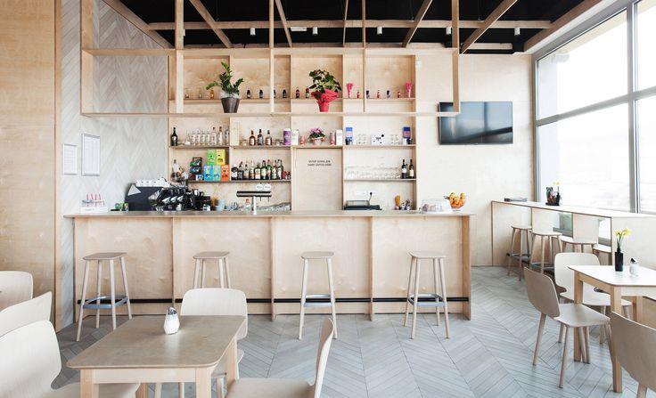 O Spin Bar está localizado dentro de um novo centro comercial em Kozina, na Eslovênia . Os painéis cobrem as paredes traseiras e também foram usados para construir elementos de móveis, enquanto as telhas cerâmicas criam um padrão de chevron - uma versão simplificada do espinha de garfo - nas paredes laterais e nos pisos.