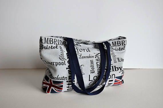 Sac cabas grand sac coton et lin gris et noir  Un sac de taille généreuse pour vos balades en ville, se porte à l'épaule. Ses motifs et sa couleur lui donnent un look très contemporain, facile à assortir à vos tenues.