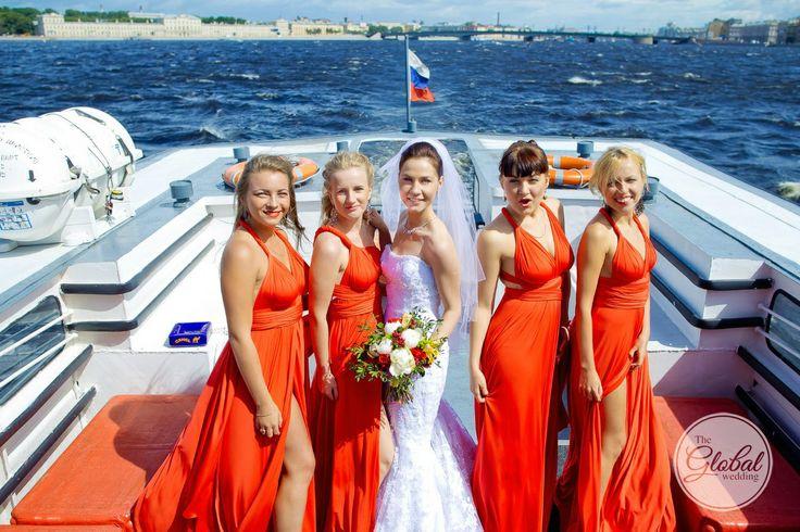 Подружки невесты в красных платьях. Bridesmaids in red.