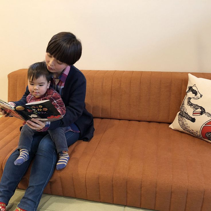 ローソファ専門店HAREM / お客様のローソファのある暮らし。小上がりの和室につみきソファをお選びいただきました♪ 親子で絵本を読む風景、ソファが暮らしになじんでいる様子に、スタッフ一同ほっこりです。