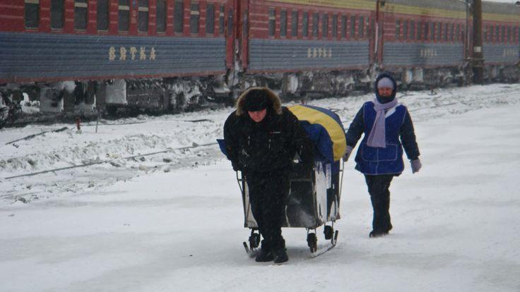 Verkäufer am Bahnsteig in Kirow Pass., Transsibirische Eisenbahn