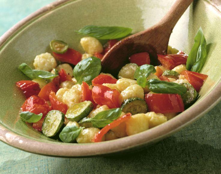 Gnocchi-Salat mit Gemüse (Insalata gnocchi con verdura) | http://eatsmarter.de/rezepte/gnocchi-salat-mit-gemuese-insalata-gnocchi-con-verdura