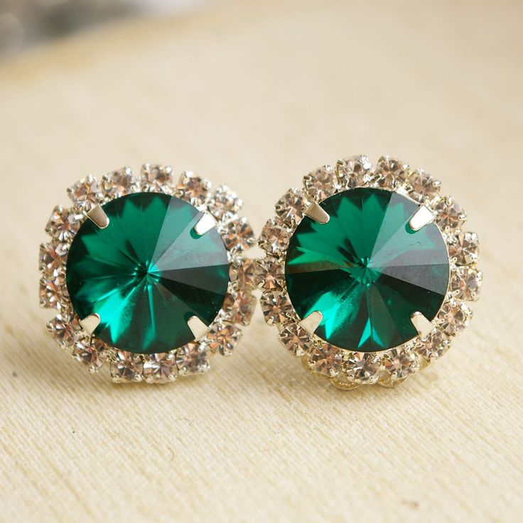 I have a thing for emerald jewelry, could be the redhead in me, could be cause they're just so amazing