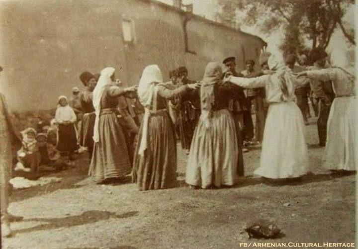 Հայ կանանց շուրջպարը, Վան, 1914 թվական:The women's round dance, Van, year 1914.