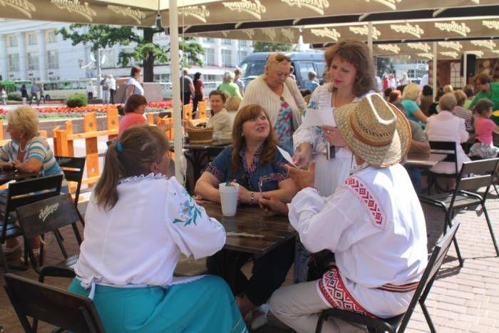 вот только большой вопрос: плохо это или хорошо? «Славянский базар в Витебске» все ждут с разными чувствами. Кто-то с нетерпением, специально подстраивая свой отпуск под фестивальные дни, чтобы посетить концерты, выставки и перфомансы, а кто-то с ужасом, представляя ежедневную суету, турникеты и огромное количество милиции в центре города. Но есть и те, кто ждет «Славянку» […]